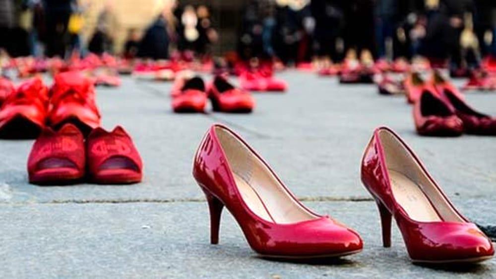 violenza contro le donne venerdi scarpe rosse davanti al comune in memoria delle vittime di femminicidio e la reggia si illuminera di arancione blog violenza contro le donne venerdi